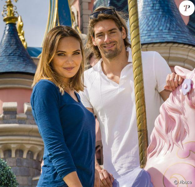 Camille Lacourt et Valérie Bègue à Disneyland paris.