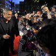 George Clooney signe des autographes, à l'occasion de l'avant-première de  The men who stare at goats , à l'Odeon Cinema de Leicester Square, dans le cadre du London Film Festival, le 15 octobre 2009 !