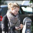Hilary Duff prend un ticket de stationnement après s'être garée pour se rendre chez le coiffeur au salon Ken Paves le 22 octobre 2009 à Los Angeles