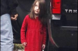 Suri Cruise : La fillette est un adorable... Petit Chaperon rouge ! Katie a une petite mine...