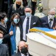 Marie-Claude Pietragalla, Leïla Da Rocha (compagne de Patrick Dupond), cercueil du défunt (avec le drapeau bleu blanc rouge). Patrick Dupond avait été nommé Commandeur de l'ordre des Arts et des Lettres en 1988, Chevalier de l'ordre national du Mérite en 1990 et Chevalier de la Légion d'honneur en 1997 - Sorties des Obsèques du danseur étoile Patrick Dupond en l'église Saint-Roch à Paris, France, le 11 mars 2021.
