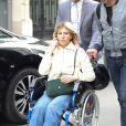 Exclusif - Mathilde Seigner, toujours en fauteuil roulant à la suite d'une fracture de la malléole, quitte la radio RTL à Paris, le 5 avril 2017.