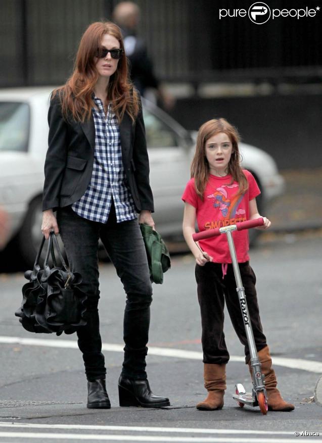 Julianne Moore et sa petite Liv Freundlich, 7 ans, dans les rues de New York se rendent au salon de beauté pour une séance de manucure et de pédicure.