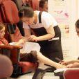 La petite Liv Freundlich se fait pouponner : manucure et pédicure au programme.