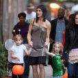 Brooke Shields se la joue reine d'Egypte au côté de ses deux adorables poupées le 31 octobre 2009. Si Kamel Ouali la voyait, aucun doute, il l'a prendrait au casting !