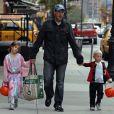 Edward Burns et ses enfants Grace et Finn. Si le mari de l'ex-top Christy Turlington n'a pas joué le jeu niveau costume, il a accompagné ses beaux enfants faire du porte à porte demander des bonbons, le 31 octobre 2009 !