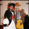Gloria Gaynor et le créateur de prêt-à-porter Michael Kors en femme pirate et chanteur hippy. Le 31 octobre 2009.