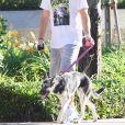 Exclusif - Colton Underwood promène son chien à Los Angeles, le 31 juillet 2020. Il porte un t-shirt Goonies.