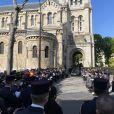 La grande famille des pompiers fait une haie d'honneur - Obsèques de Andréas Laroche-Joubert en l'église Saint-Pierre de Neuilly-sur-Seine, France, le 18 avril 2021.