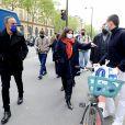 """Exclusif - Anne Hidalgo, maire de Paris - Nikos Aliagas présente son exposition photographique """"Parisiennes"""" en compagnie du maire de Paris rue de Rivoli le 4 mai 2021."""