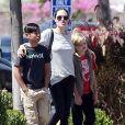 Exclusif - Angelina Jolie font du shopping avec ses enfants Shiloh et Pax à Glendale. Le 10 juillet 2015