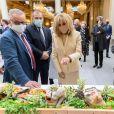 La Première dame Brigitte Macron et Guillaume Gomez, représentant personnel du président en matière de gastronomie lors de la traditionnelle cérémonie du muguet du 1er Mai au palais de l'Elysée à Paris, France, le 1er 2021. © Jacques Witt/Pool/Bestimage