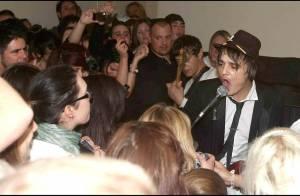 Pete Doherty : Le rockeur a toujours aussi mauvaise mine mais au moins... il chante !