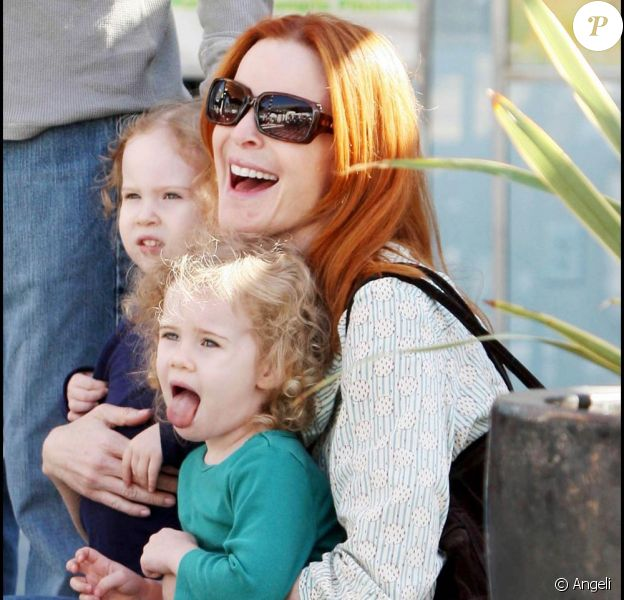 Marcia Cross, son mari Tom et ses petites Eden et Savannah assistent à un petit concert improvisé dans les rues de Century City.