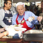 Kirk Douglas : la légende de Hollywood est devenu serveur... à 92 ans !