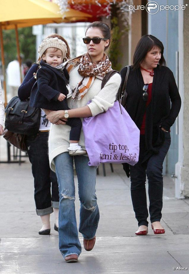 Jessica Alba et sa petite Honor dans les rues de Los Angeles le 29/11/09