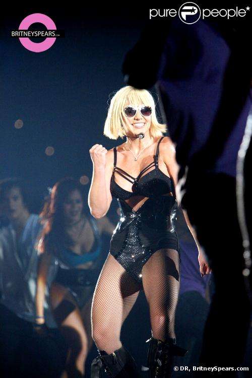 Britney Spears, le 27 novembre, lors de son concert à Melbourne, en Australie, arborait une jolie perruque blonde... Une coupe au carré que Brit n'a pas l'habitude de porter ! On adore !