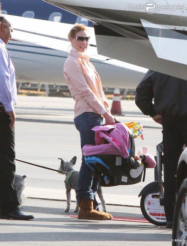 Katherine Heigl mont à bord d'un jet-privé en compagnie de son adorable petite Naleigh et sess chiens à Van Nuys, Los Angeles le 2 décembre 2009