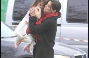 Tom Cruise et Katie bravent le froid alors que leur petite Suri sort à moitié nue... Les gilets sont interdits par la Scientologie ?
