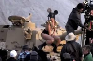 Regardez Rihanna déguisée en Mickey version sexy, très dénudée, body et char d'assaut c'est... Hard !