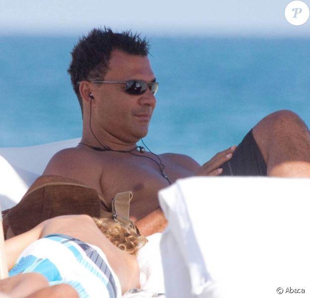 Le grand Ruud Gullit et sa femme - la très charmante Estelle Cruyff -, sur une plage de South Beach, à Miami, le 16 décembre 2009.