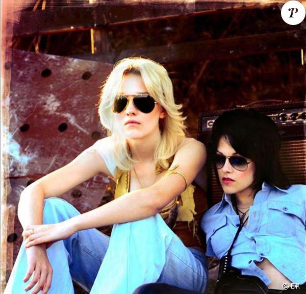 Kristen Stewart et Dakota Fanning dans The Runaways.
