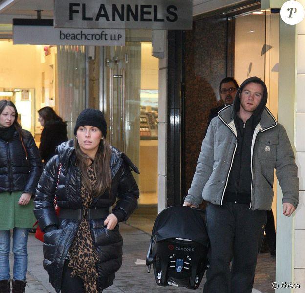 Coleen et Wayne Rooney font du shopping de Noël à Manchester avec leur petit Kai le 21 décembre 2009