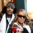 Mariah Carey et son mari Nick Cannon, ainsi que leur bébé chiot, à Aspen le 22 décembre 2009
