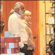 Jamie Pressly, récemment mariée à Simran Singh - qui n'est pas l'homme sur la photo -, dévalise également les magasins à Los Angeles le 23 décembre 2009