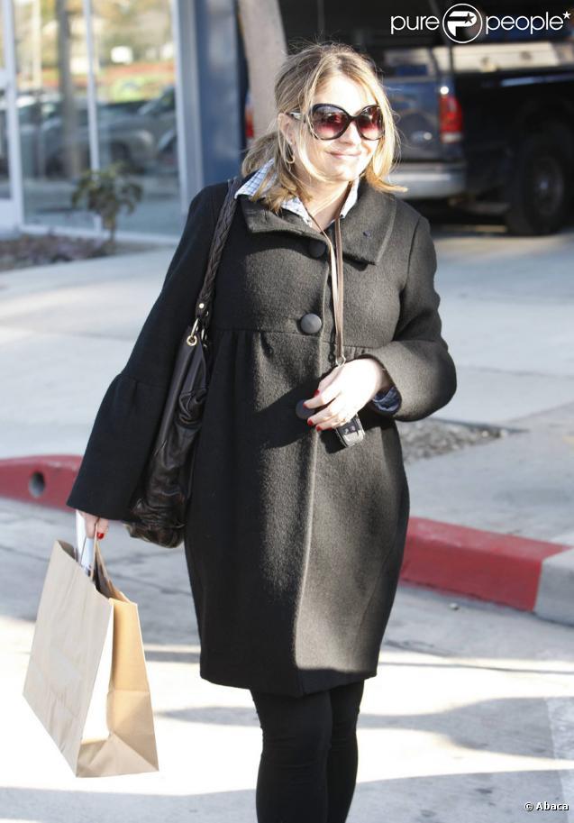 Rebecca Gayheart, madame Eric Dane de Grey's Anatomy qui attend son premier enfant, fait ses courses avec un ami ce qui lui permet de rire tout en faisant des emplettes à Los Angeles le 22 décembre 2009.