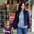 Courteney Cox va faire les courses avec sa fille Coco à Los Angeles le 22 décembre 2009, elle a déjà trouvé des cadeaux chez Taschen, de beaux livres certainement.