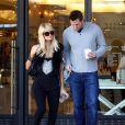 Paris Hilton utilise la bonne excuse de Noël pour faire encore plus de shopping le 23 décembre 2009 et a demandé expressement à son amoureux Doug Reinhardt de venir pour l'aider à porter les sacs...