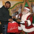 Usher fait son shopping avec... le père Noël lui-même ! Dans le Macy's Herald Square à New York le 17 décembre 20009, le chanteur a remis sa liste de cadeaux en lui disant qu'il a été très sage... sauf avec sa femme Tameka dont il a divorcé.