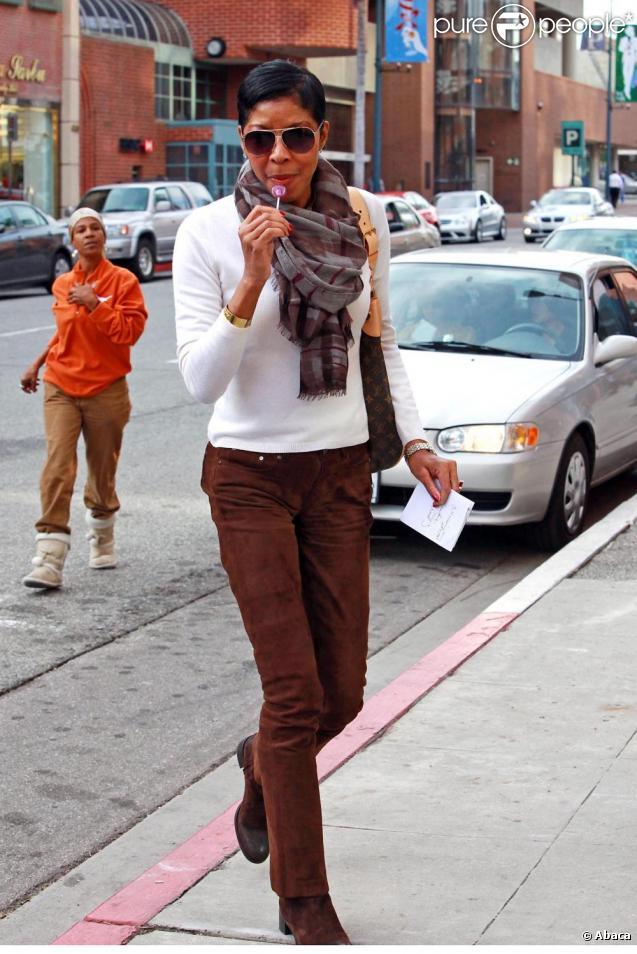 Natalie Cole à la sortie de chez le médecin à Los Angeles le 4 janvier 2010