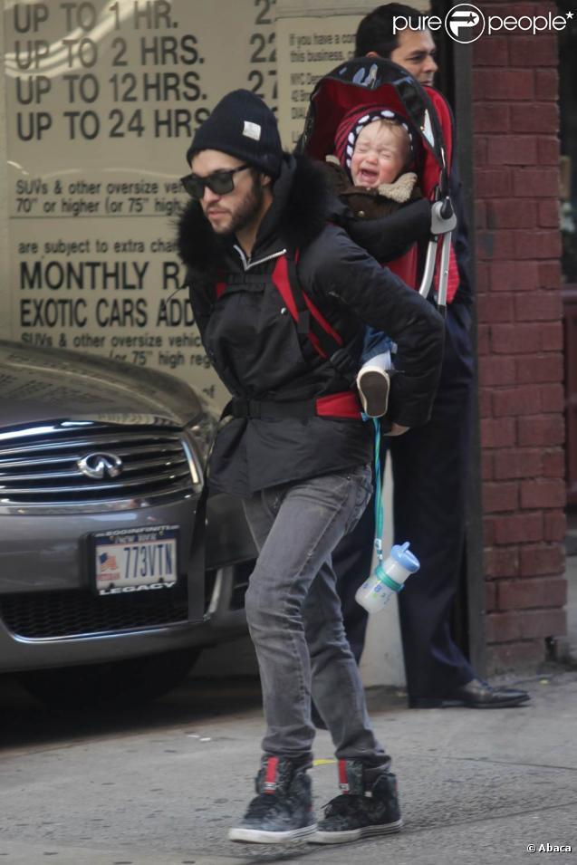 Pete Wentz porte son petit Bronx Mowgli sur le dos pour une petite promenade à New York le 14 janvier 2010
