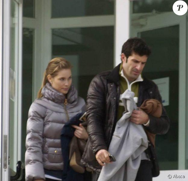 Le champion portugais Luis Figo et sa très jolie femme, à la sortie d'un club de gym, à Madrid, en janvier 2010.