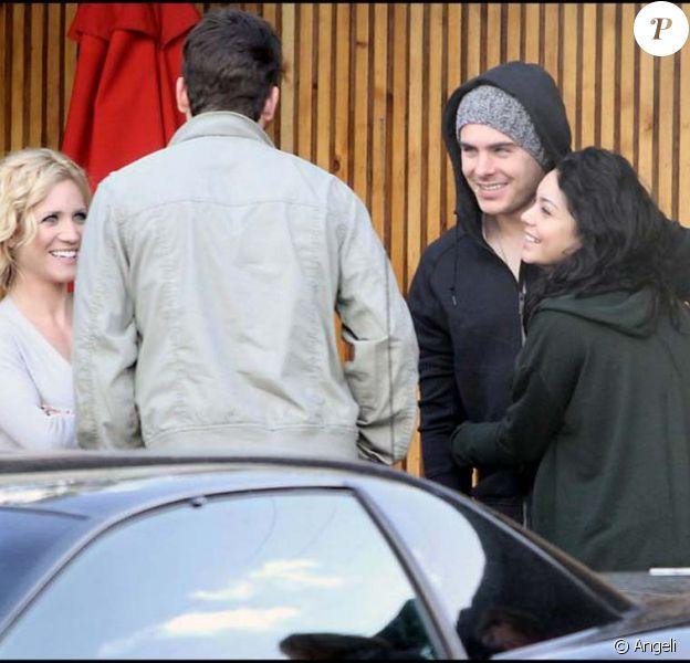 Vanessa Hudgens et Zac Efron partagent un déjeuner avec Brittany Snow et Ryan Rottman.