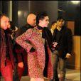 Bill Kaulitz (Tokio Hotel) affiche sa nouvelle coupe à Milan (Italie), et en proite pour signer quelques autographes à des fans devant son hôtel.