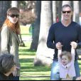 Promenade familiale pour Marcia Cross, son mari et ses jumelles Eden et Savannah (7 février 2010, Californie)