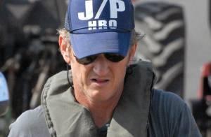 Haïti : Sean Penn, admirable et solidaire, met la main à la pâte pour aider les sinistrés...