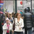 Kelly Preston et sa fille Ella Bleu ont fait du shopping, boulevard Haussman à Paris, avant de se rendre au musée d'Orsay accompagnées d'amis le 11 février 2010
