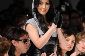 Kim Kardashian : Avec ses formes voluptueuses et sexy, elle ne rentre pas... dans les robes qu'elle dessine !