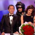 Valérie Lemercier reçoit un bouquet de fleurs par coursier... provocant la jalousie de Gad Elmaleh, qui joue le rôle de son compagnon pour la soirée.