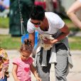 Halle Berry est retombée en enfance avec sa fillette Nahla au parc à Beverly Hills. Le 5 mars 2010