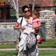 Halle Berry n'a d'yeux que pour sa fillette Nahla au parc à Beverly Hills. Le 5 mars 2010