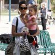 Nahla et sa maman Halle Berry au parc à Beverly Hills. Le 5 mars 2010