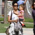 Halle Berry et sa fillette Nahla au parc à Beverly Hills. Le 5 mars 2010