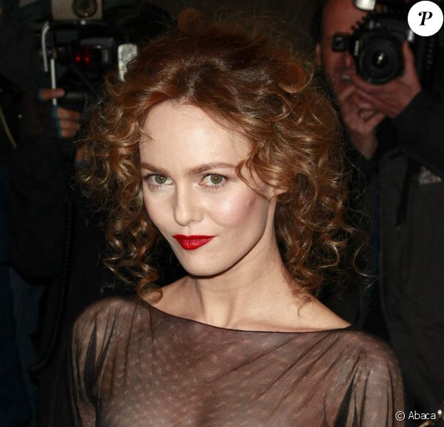 Vanessa Paradis n'a d'yeux que pour les lèvres carmins, elle rehausse donc sa bouche d'un trait délicat de Rouge Coco de Chanel