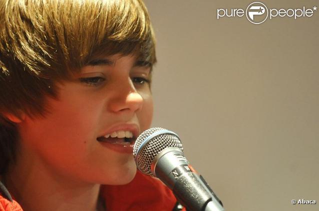 Justin Bieber donne un showcase dans les studios parisiens d'Universal Music... Les fans s'amassent devant l'entrée de la maison de disque, mardi 23 février.