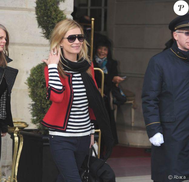 Kate Moss : Le style navy lui sied à merveille, surtout avec sa sublime veste Chanel !